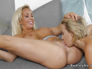 Lesbian teen in blue tights fingered by Milf lady who knowns her way around a vagina